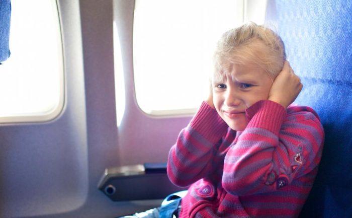 Причины боли в ушах у взрослых и детей во время и после полета, советы родителям 👂