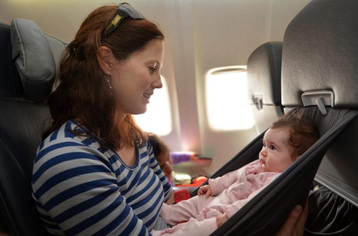 Младенц в самолете