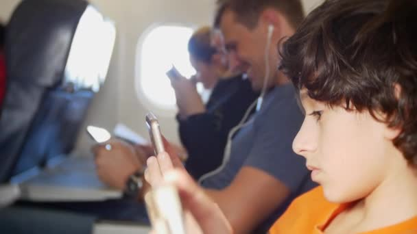 Нужно ли выключать телефон в самолете и в каких случаях?