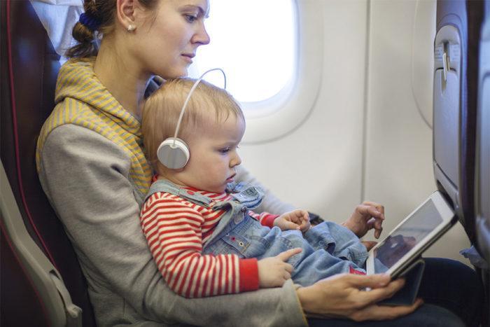 ребенок в самолете смотрит фильм