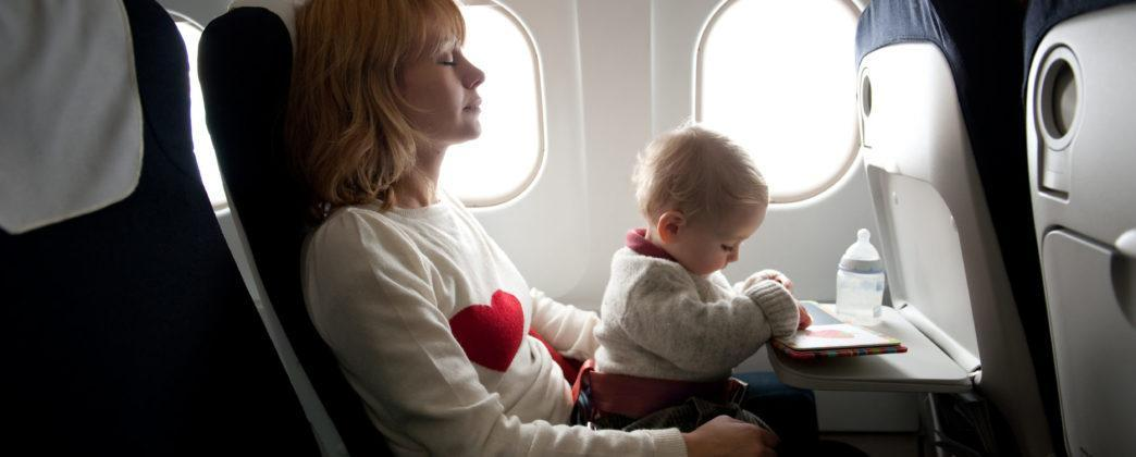 Как лететь в самолете с грудным ребенком: с какого возраста можно летать с новорожденным?