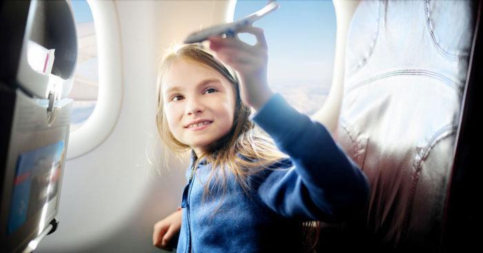 Как лететь в самолёте с ребенком до 3 лет — советы врачей и правила авиакомпаний